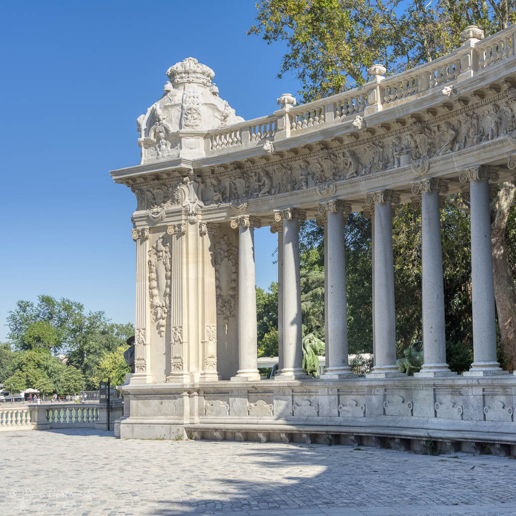 The semi-circular colonnade in el Retiro.