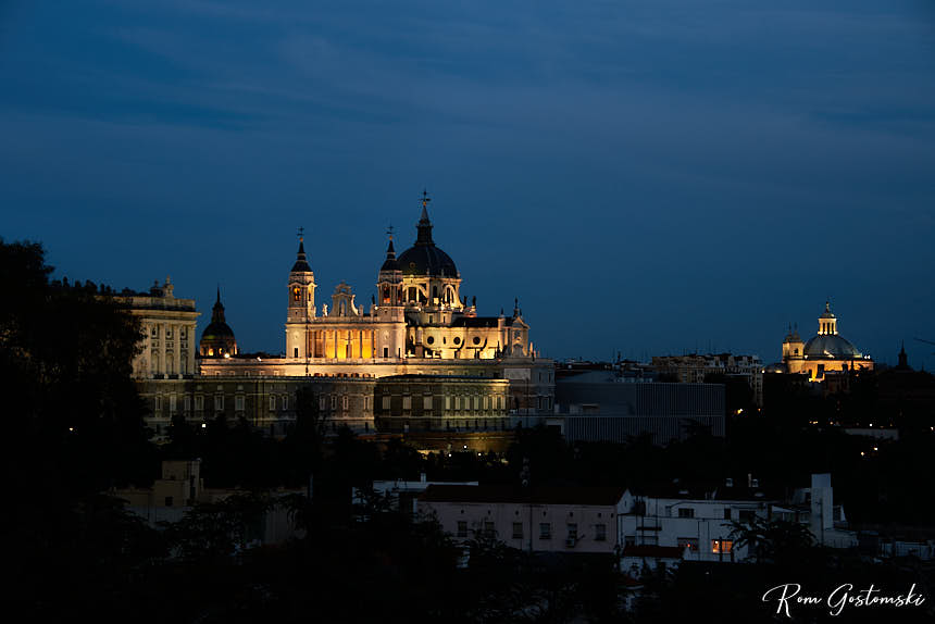 The palace and cathedral at night