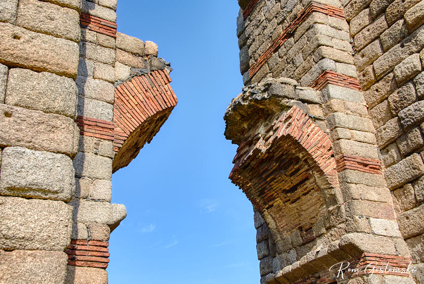 A close-up of one of the collapsed arches built of ashlar stone and brick