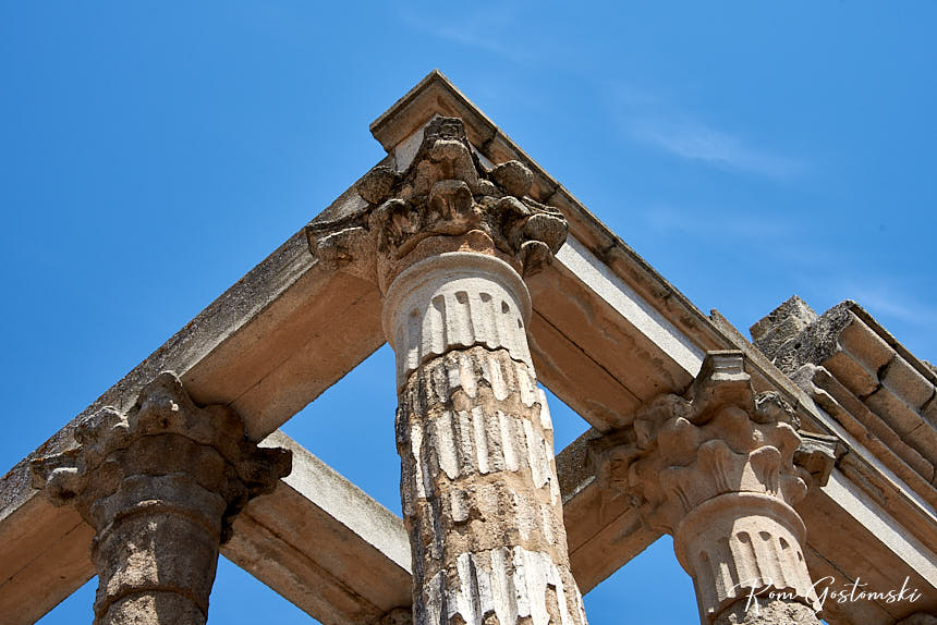 Templo de Diana - ornate mouldings at the top of the columns
