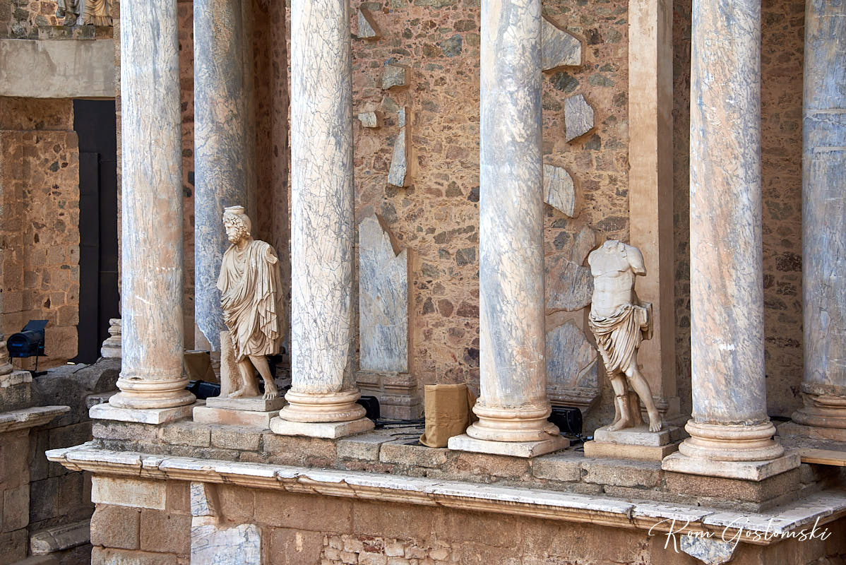 Sculptures adorn the spaces between the columns.
