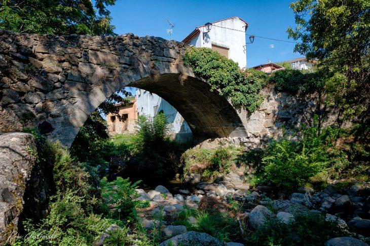 The old stone bridge over the Rio Ambroz